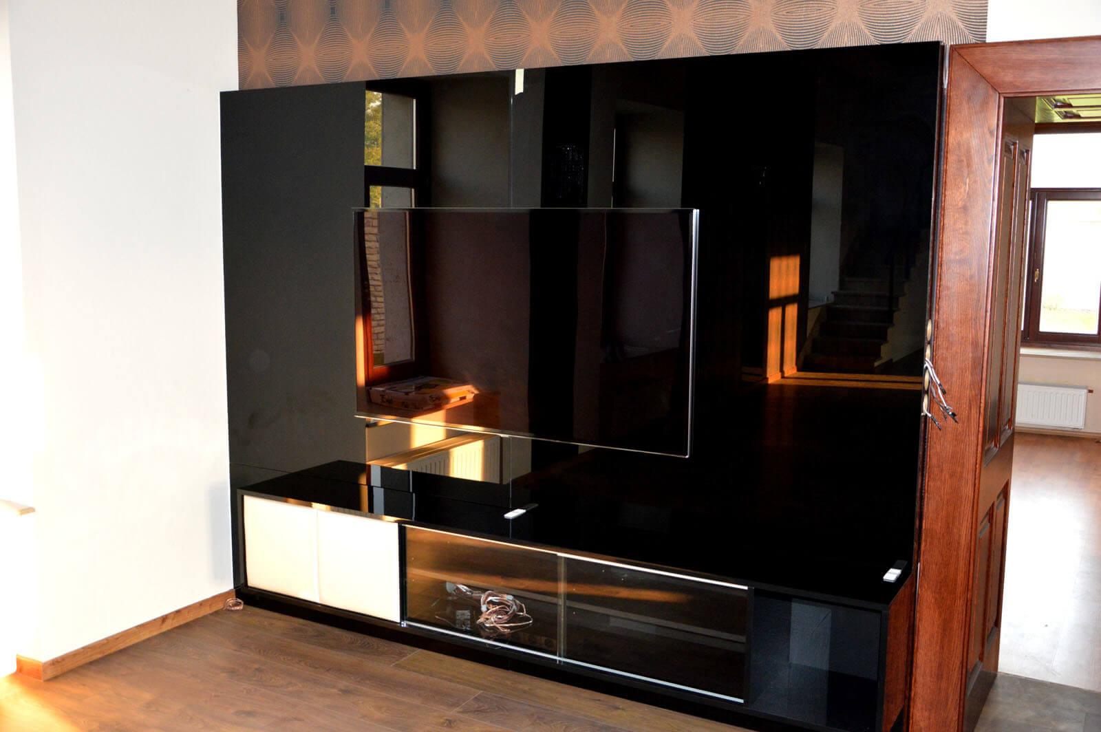 Egyedi nappali bútor gyártás üveghátlappal, fekete színben, blum tandem fiókokkal, üveg tolóajtóval
