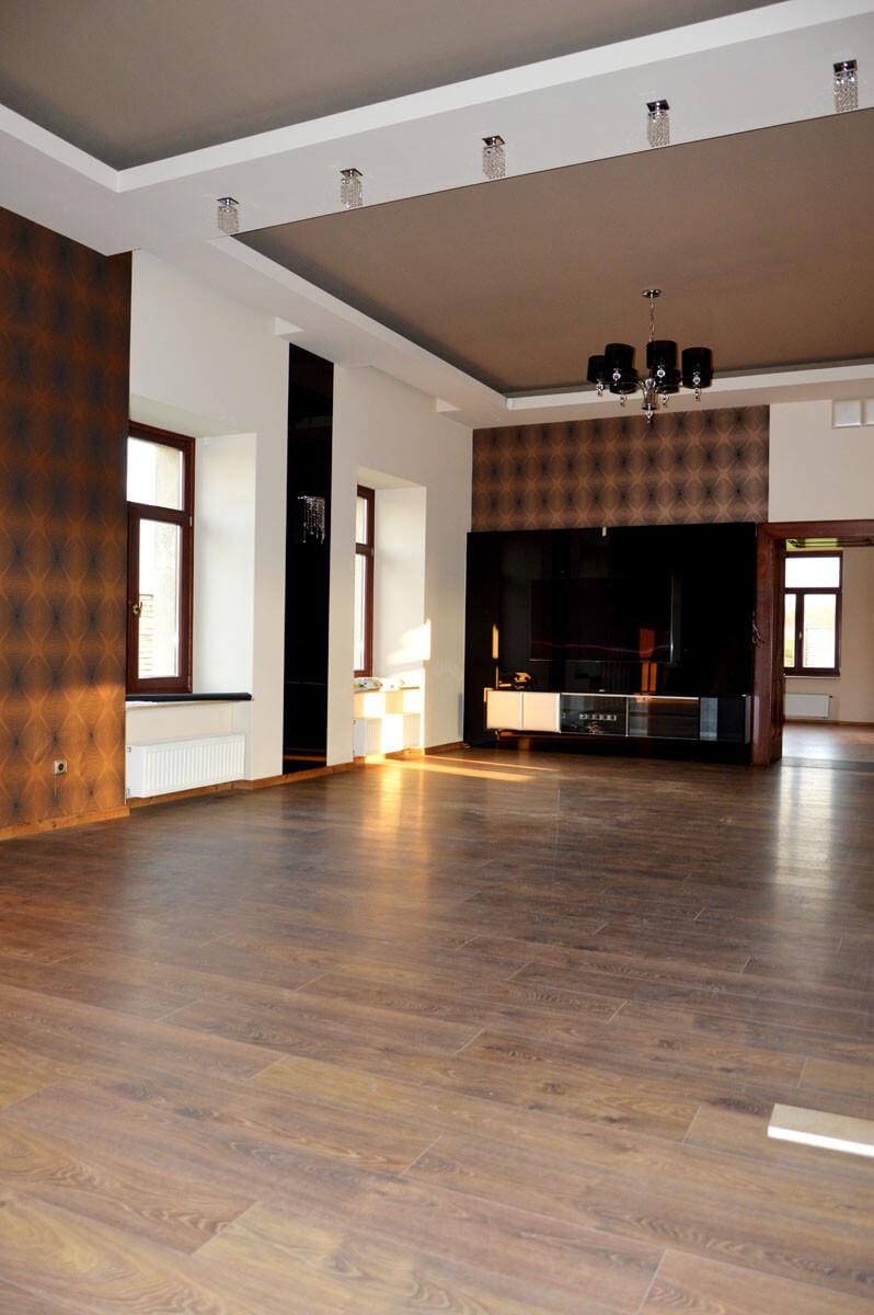 Egyedi nappali bútor gyártás üveghátlappal, fekete színben, rejtett LED világítással, blum tandem fiókokkal