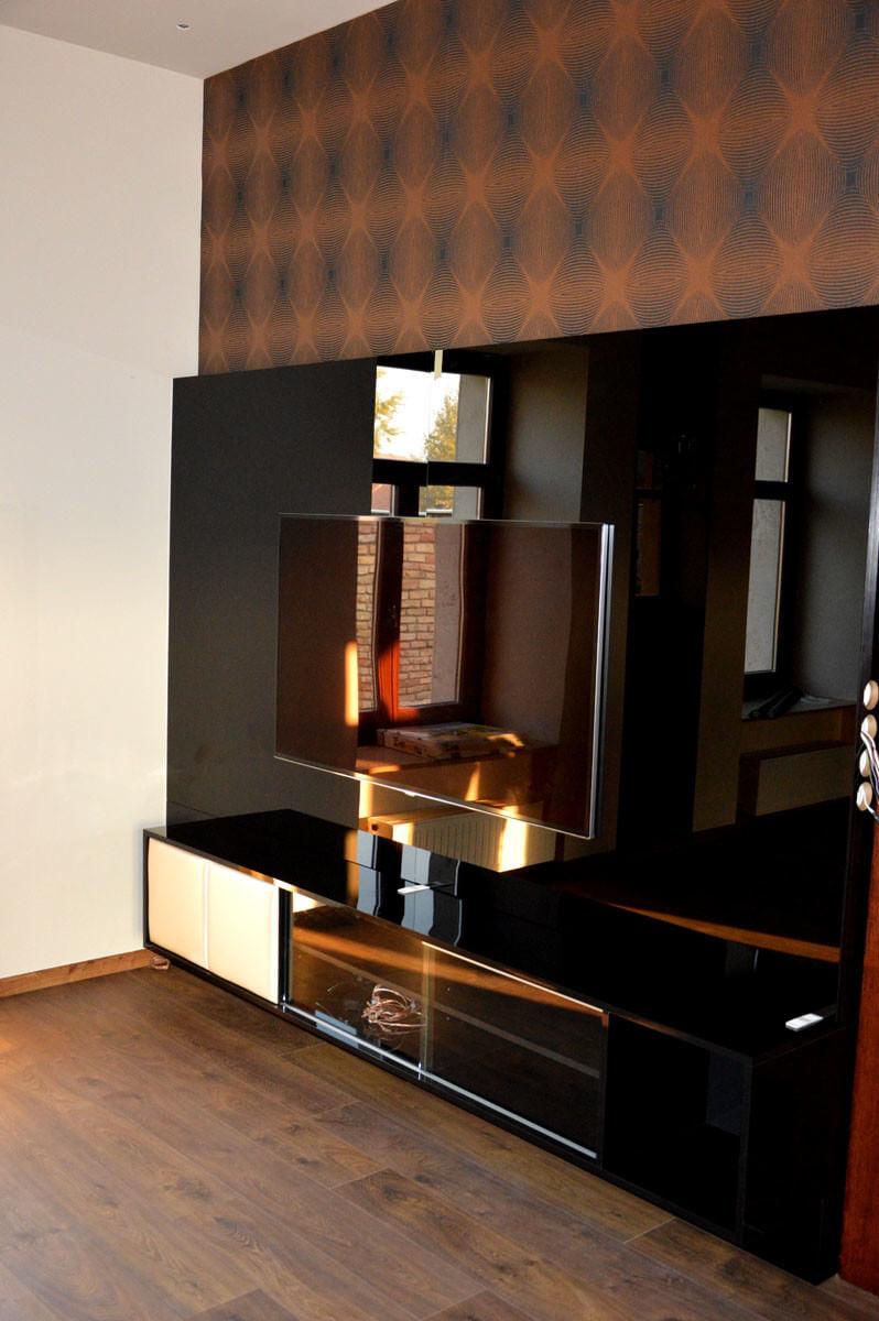 Egyedi nappali bútor gyártás üveghátlappal, fekete színben
