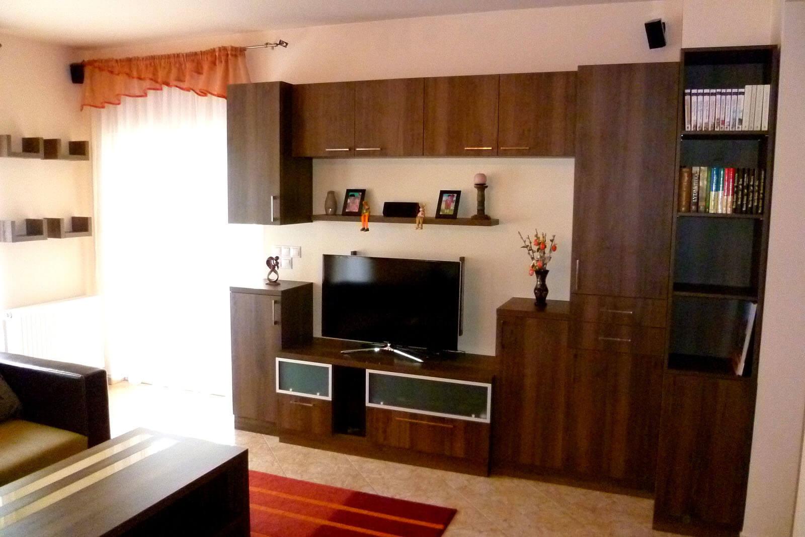Egyedi nappali bútor készítés alukeretes savmart üvegbetétes ajtókkal, rejtett LED világítással a tv mögött