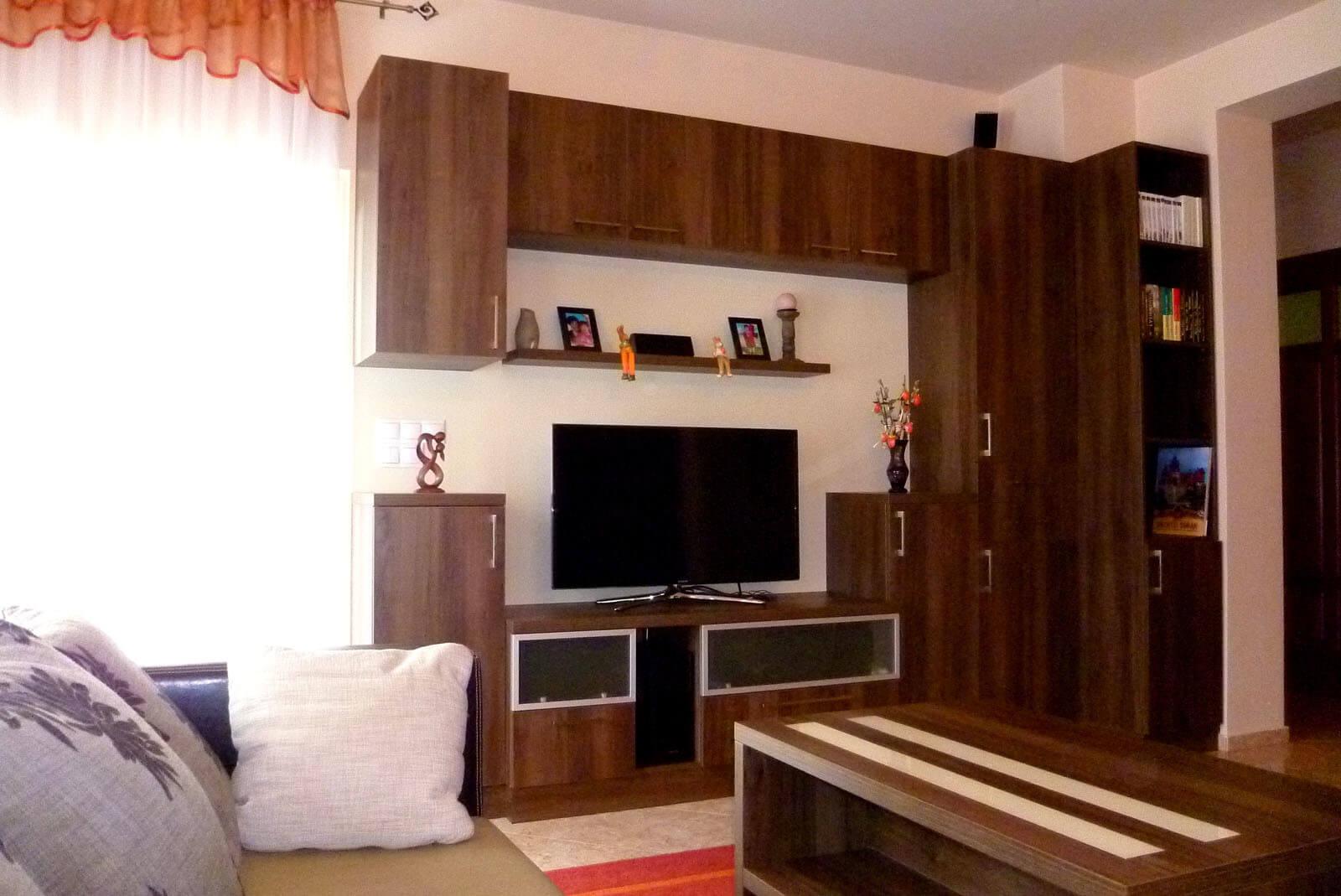 Egyedi nappali bútor készítés alukeretes savmart üvegbetétes ajtókkal