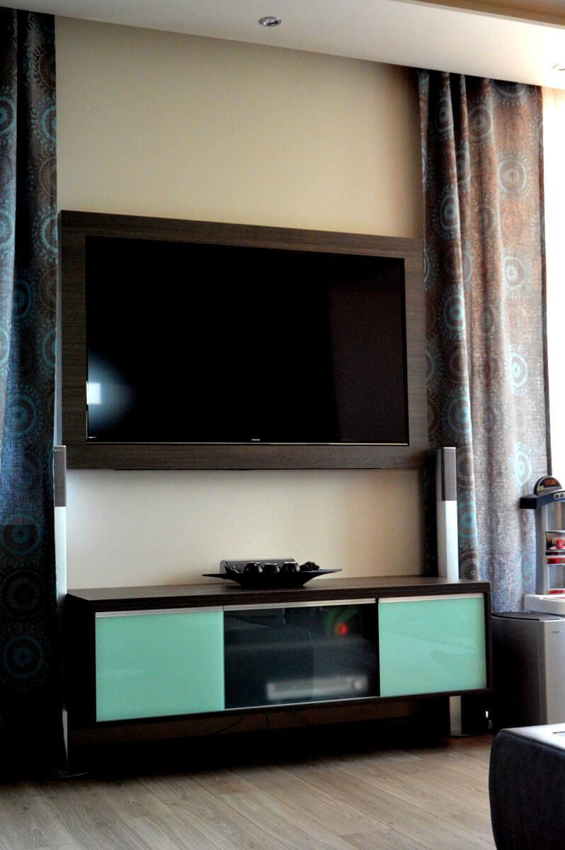 Egyedi nappali bútor készítés beépített tv-vel és médiarésszel
