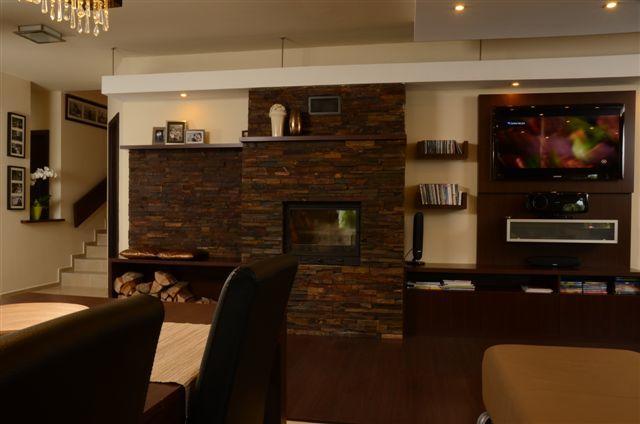 Egyedi nappali bútor készítés kandallóval egybeépítve, falra szerelt tv-vel