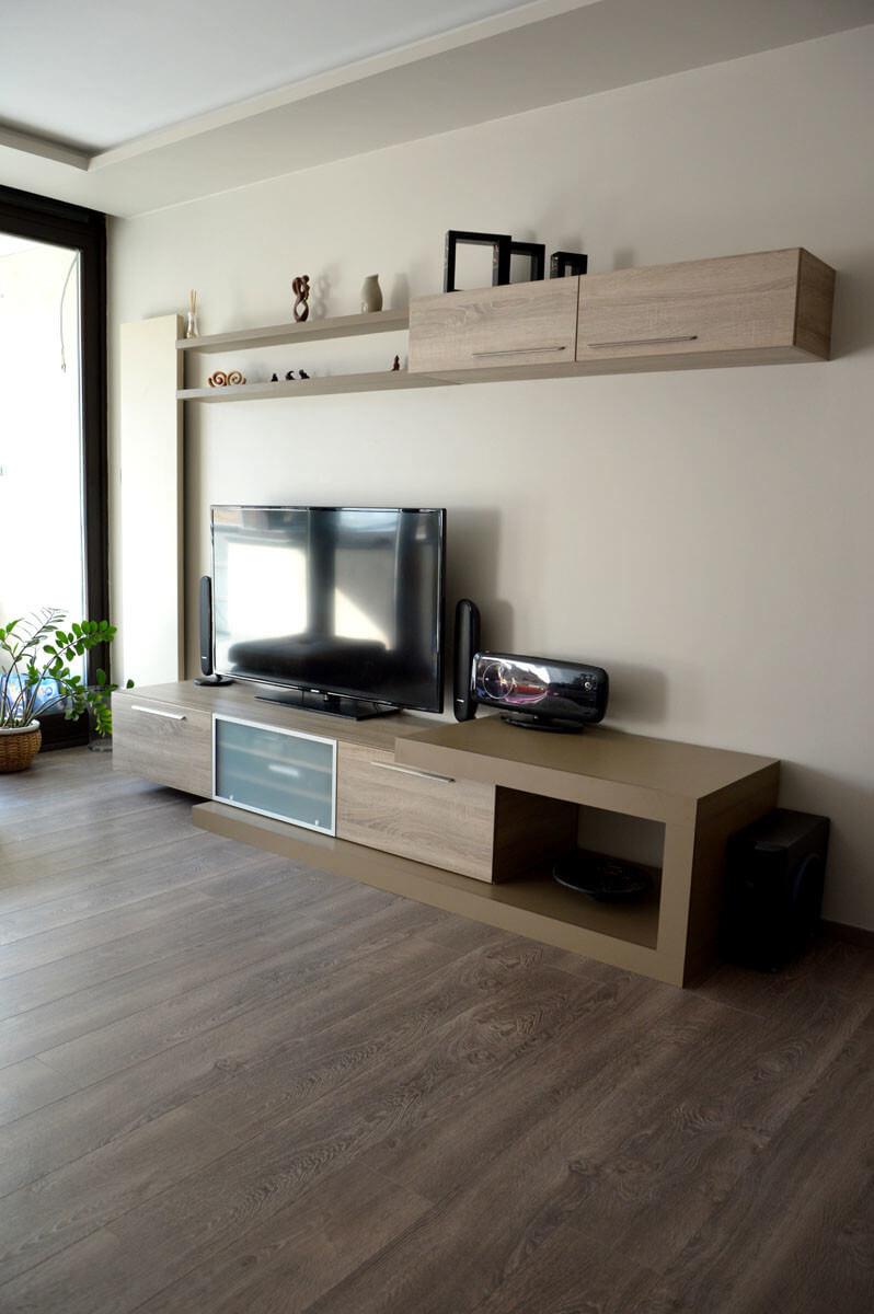 Egyedi nappali bútor készítés lebegő polccal, nyitott résszel