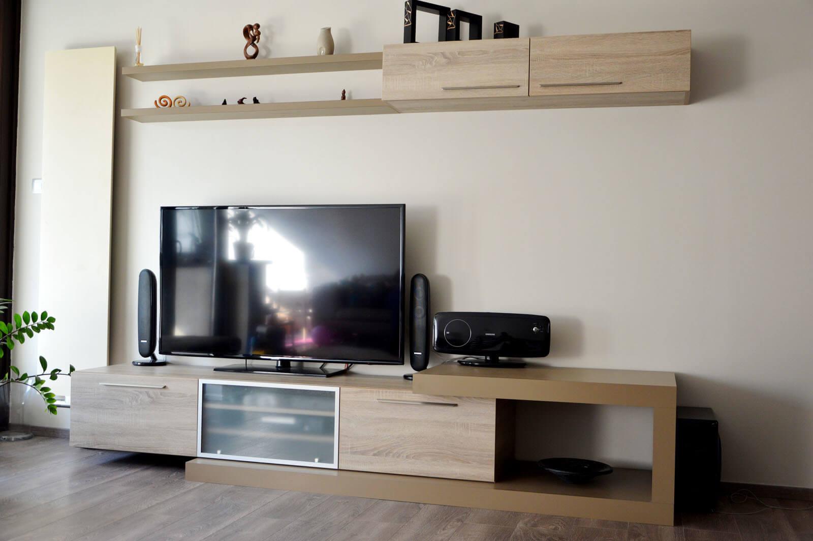 Egyedi nappali bútor készítés lebegő polccal, rejtett média résszel