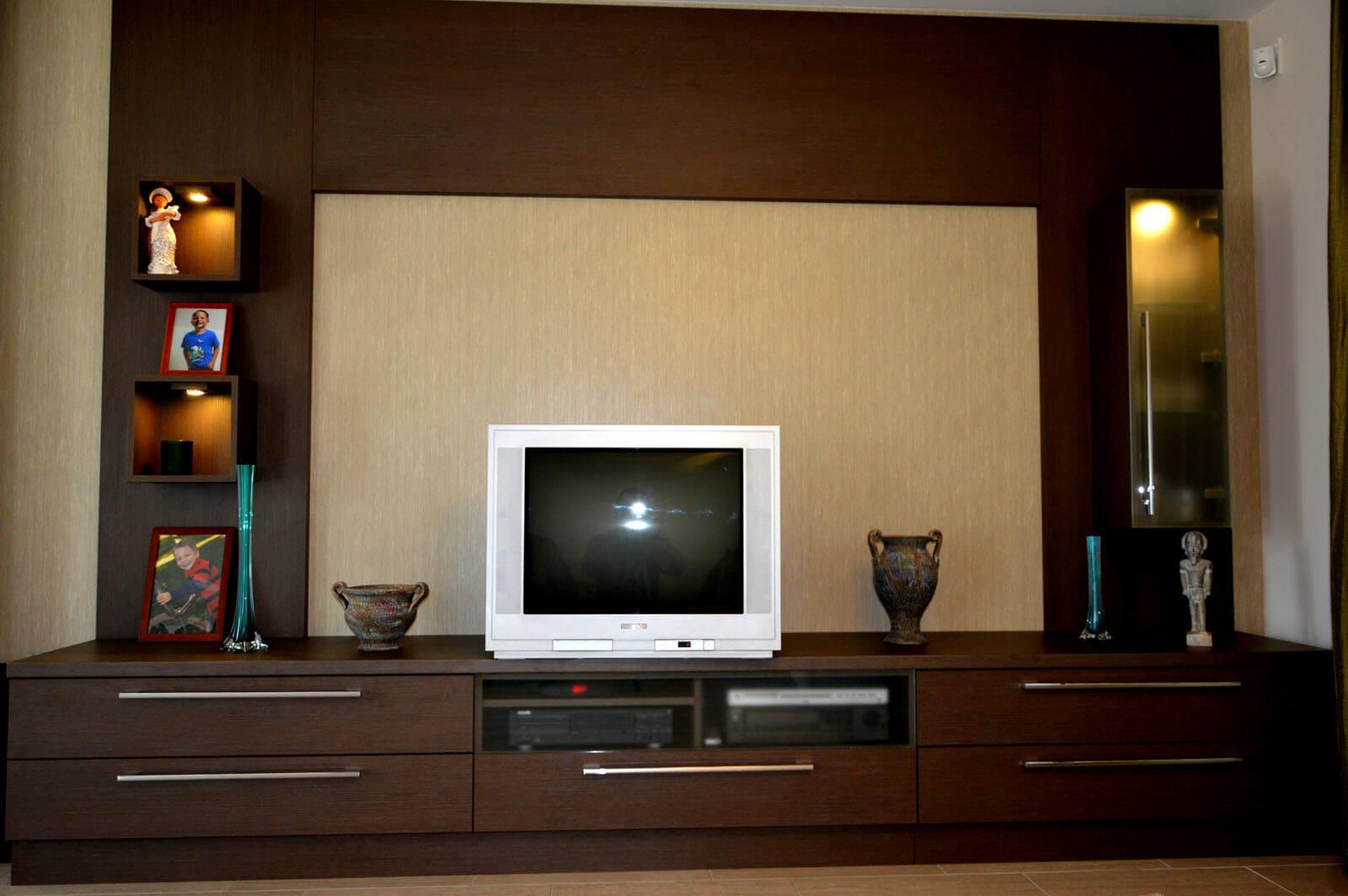 Egyedi nappali bútor készítés tv körbeépítésével, fiókos média résszel