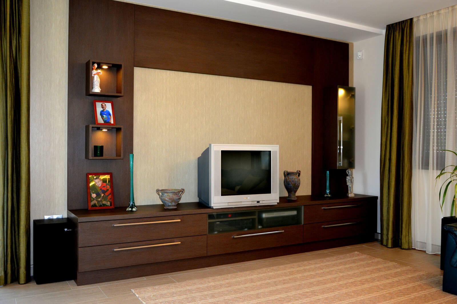 Egyedi nappali bútor készítés tv körbeépítésével, rejtett spotlámpa világítással