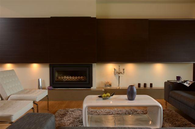 Egyedi nappali bútor rejtett tv és LED világítással, tolóajtókkal, woodline mokka színben, modern dohányzóasztallal