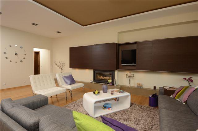 Egyedi nappali bútor rejtett tv-vel, LED világítással és tolóajtókkal, woodline mokka színben