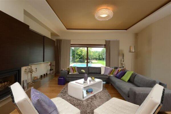 Egyedi nappali bútor rejtett tv és LED világítással, tolóajtókkal
