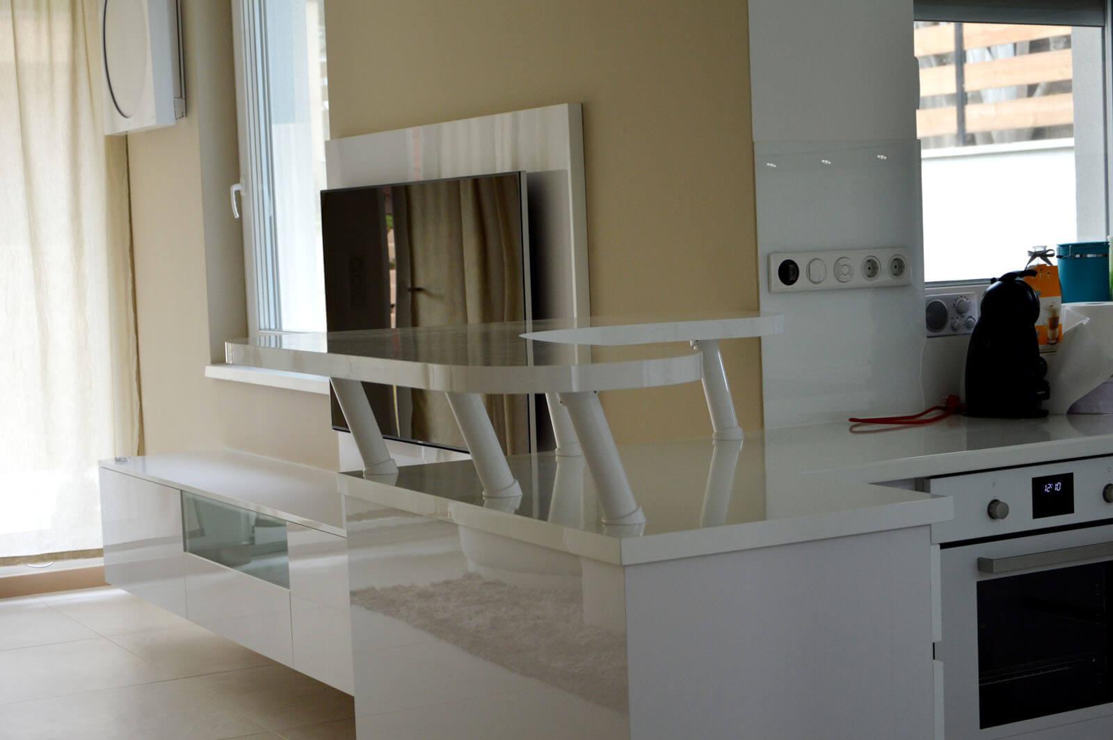 Egyedi nappali médiaszekrény készítés lebegő kivitelben, fiókokkal, magasfényű akril fehér bútorlapból