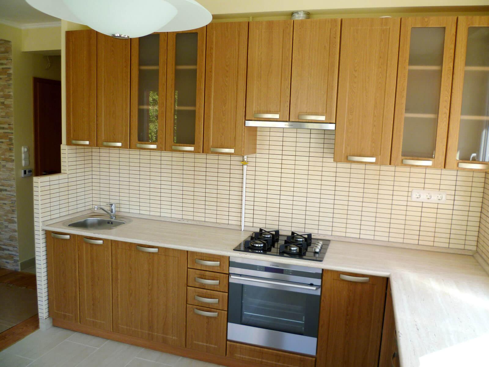 Egyedi natúr konyhabútor üveges ajtókkal és beépített gépekkel