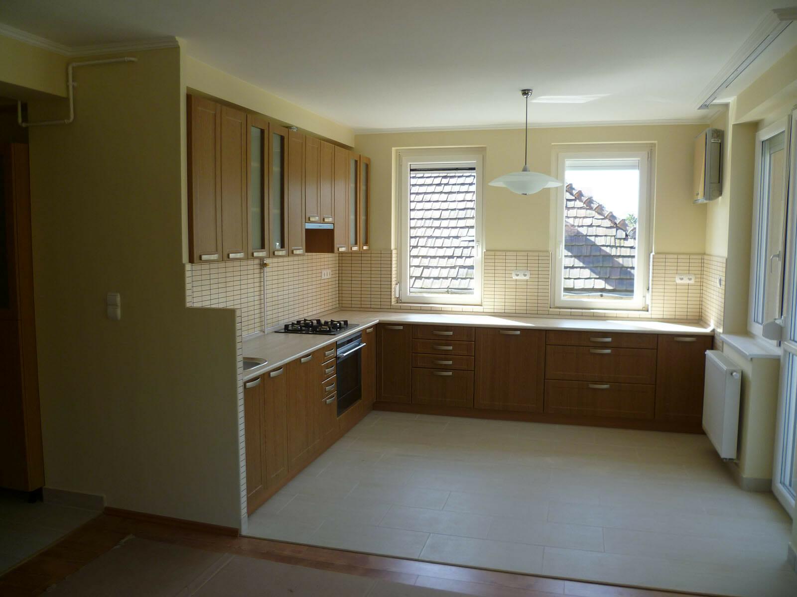 Egyedi natúr konyhabútor üveges ajtókkal, modern kivitelben