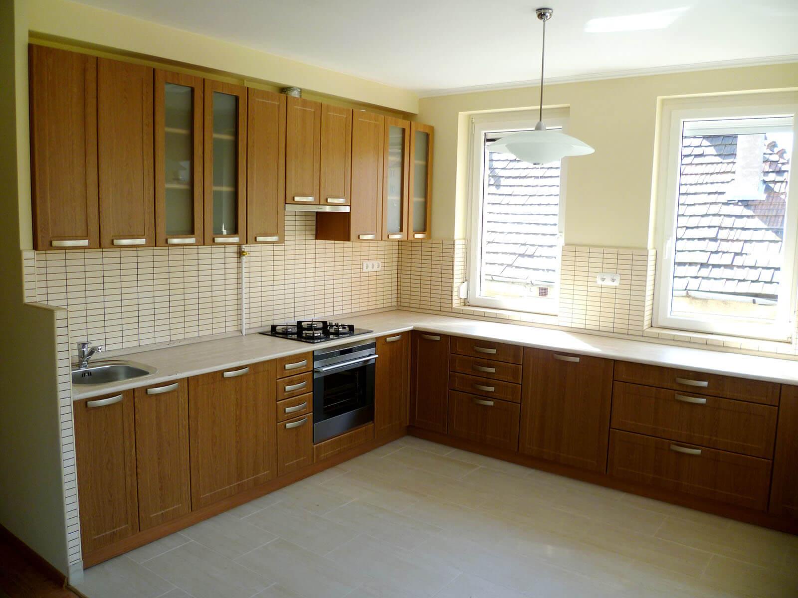 Egyedi natúr konyhabútor üveges ajtókkal