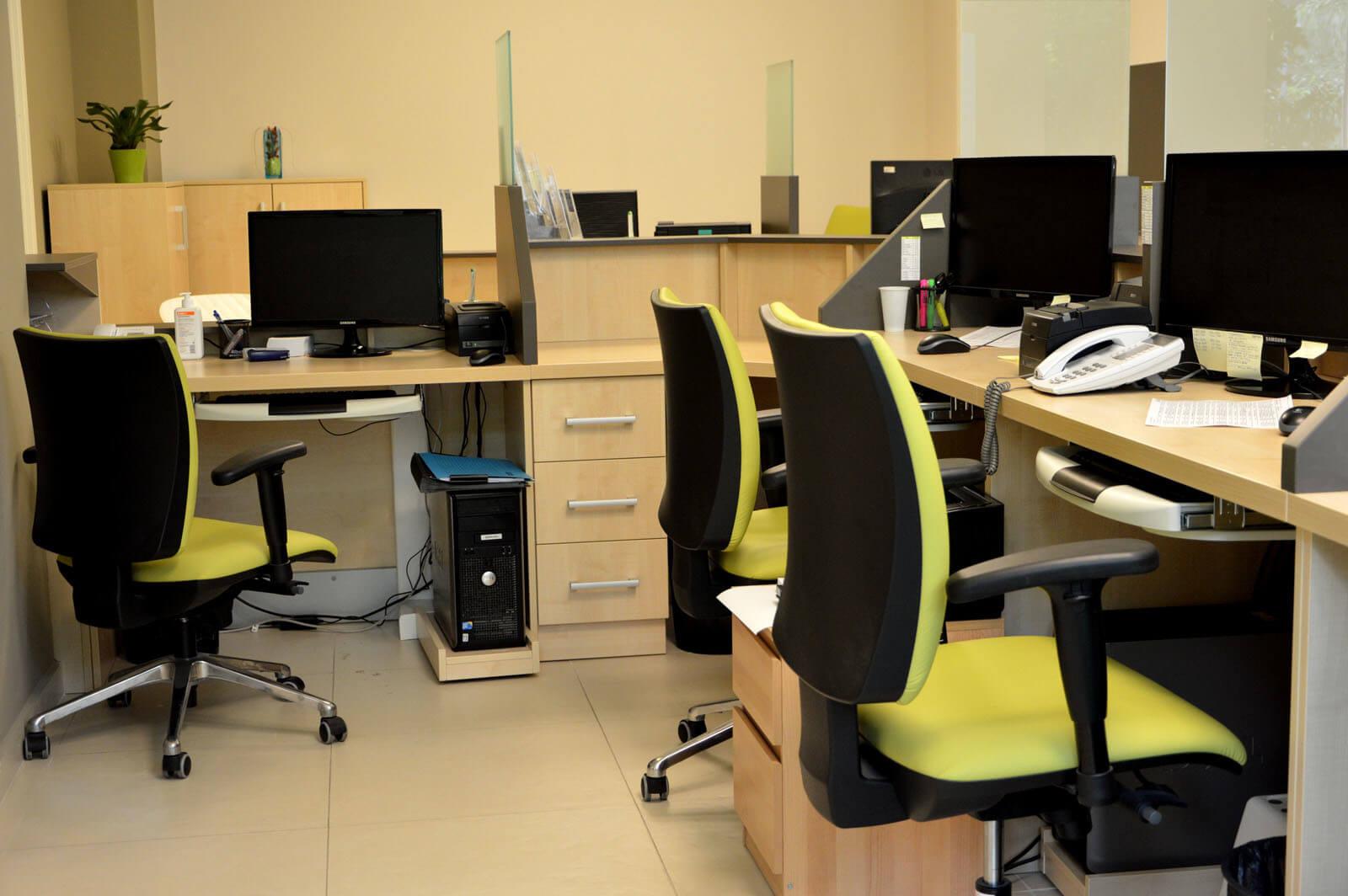 Egyedi recepciós pult készítés juhar színben, gurulós számítógép tartóval, fiókos konténerrel
