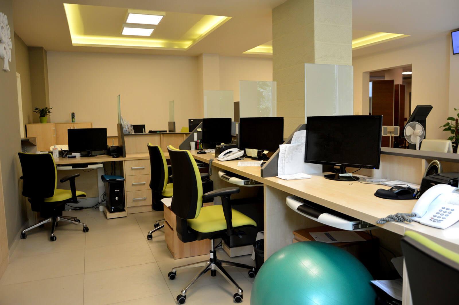 Egyedi recepciós pult készítés juhar színben, gurulós számítógép tartóval
