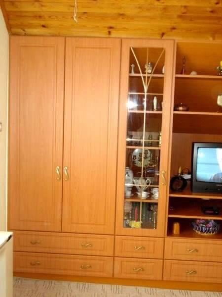 Egyedi szobabútor készítés cseresznye színben, vitrines résszel