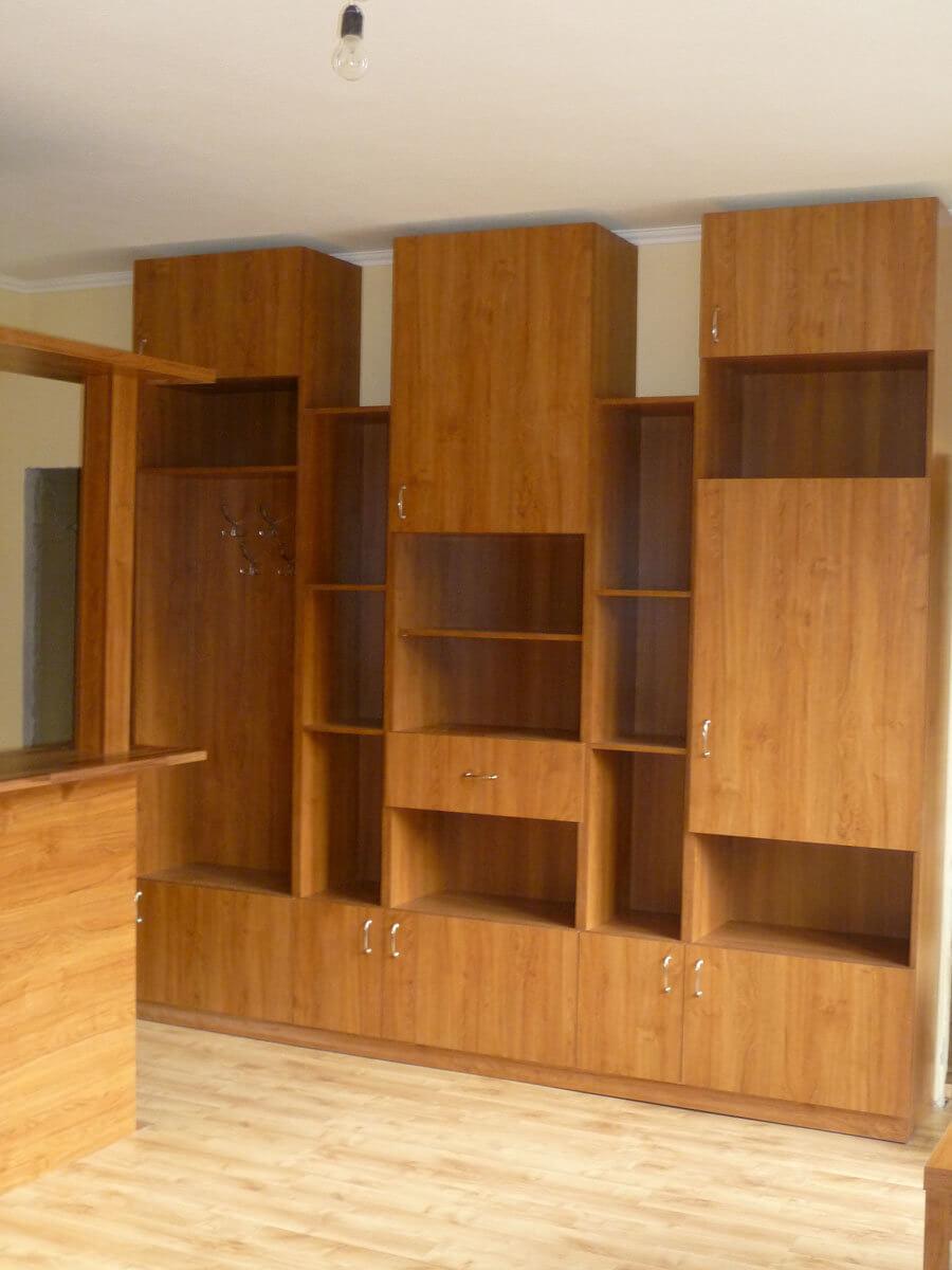 Egyedi szobabútor készítés fiókos-polcos-ajtós kivitelben, teak bútorlap színben