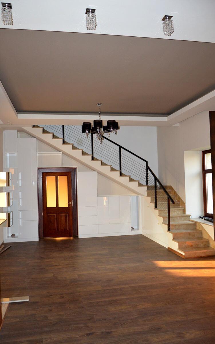 Egyedi szobabútor készítés lépcső alatti rész kihasználásával, modern kivitelben