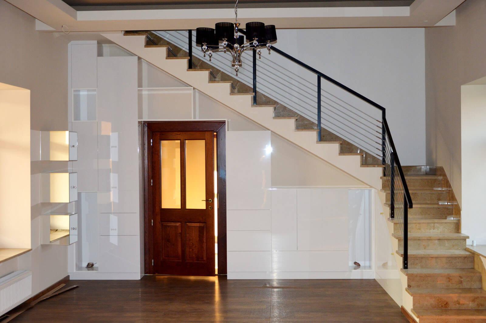 """Egyedi szobabútor készítés lépcső alatti rész kihasználásával, """"tip-on""""-os fogantyú nélküli kivitelben"""