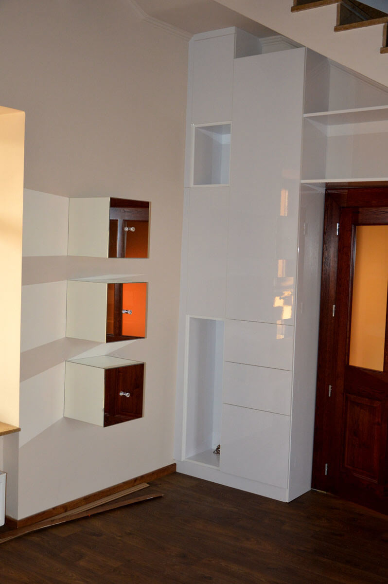Egyedi szobabútor készítés lépcső alatti rész kihasználásával, tükör-doboz bútorral