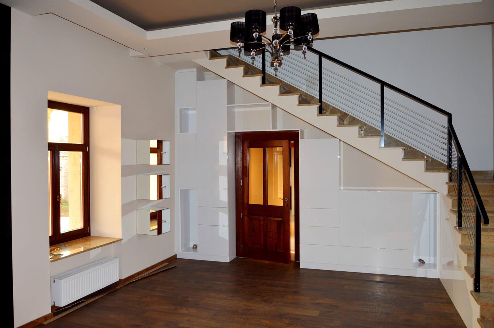 Egyedi szobabútor készítés lépcső alatti rész kihasználásával