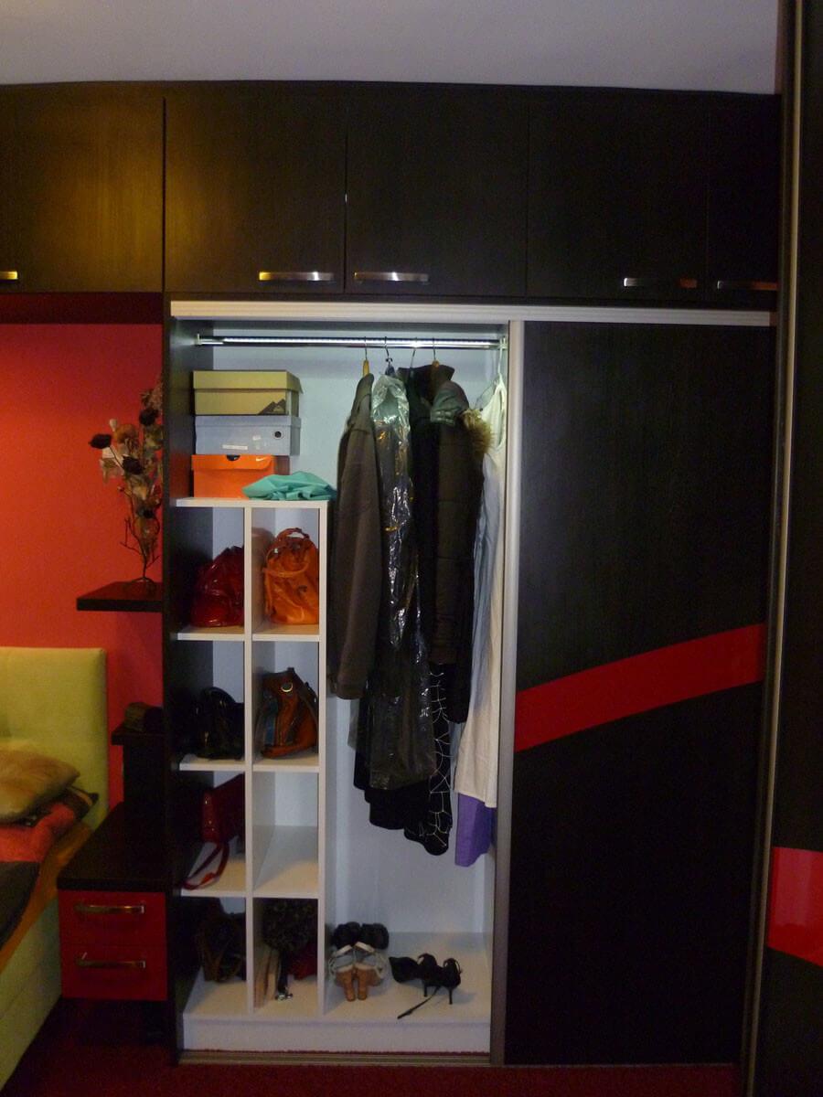Egyedi szobabútor készítés tolóajtós kivitelben belső ruhafogasos kialakítással rejtett LED világítással táskatartó résszel