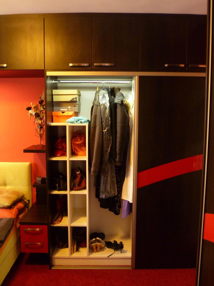 Egyedi szobabútor készítés tolóajtós kivitelben belső ruhafogasos kialakítással, rejtett LED világítással, táskatartó résszel