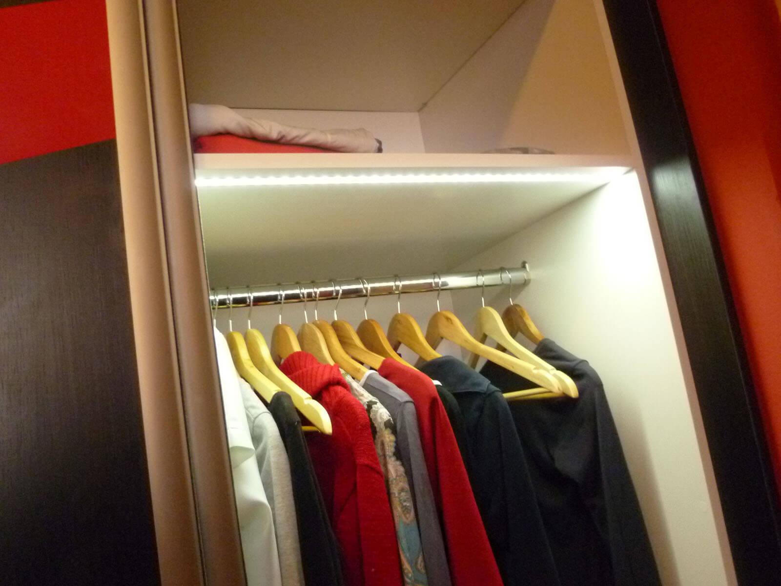 Egyedi szobabútor készítés tolóajtós kivitelben belső ruhafogasos kialakítással, rejtett LED világítással