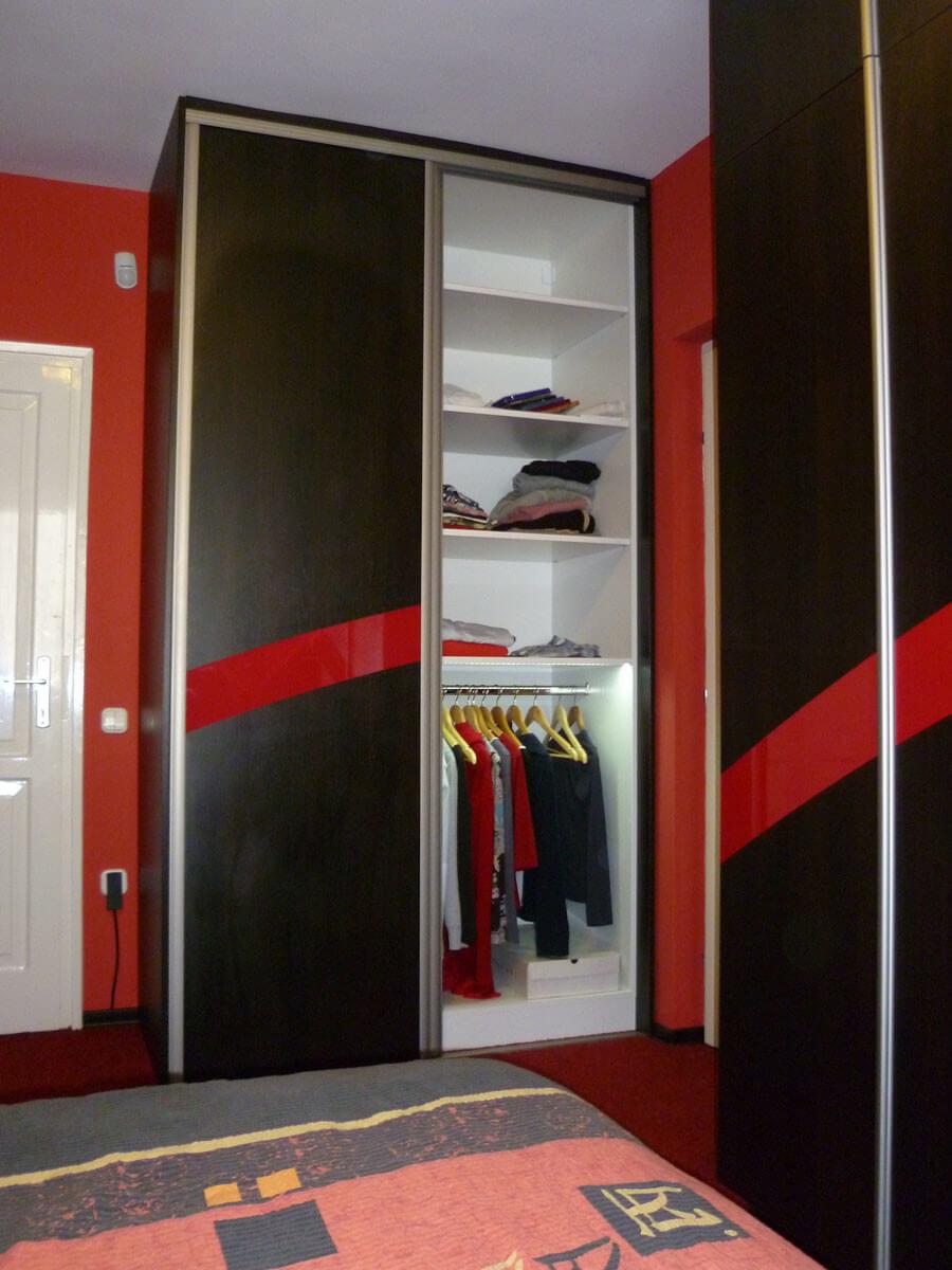 Egyedi szobabútor készítés tolóajtós kivitelben, belső ruhafogasos kialakítással
