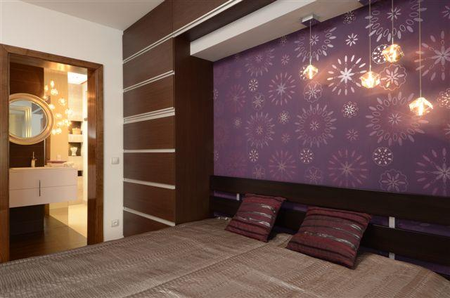 Egyedi szobabútor készítés wenge színben, ágy feletti áthidaló elemmel, felnyíló ajtókkal