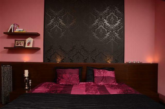 Egyedi szobabútor spotlámpa világításos ágyfejvéggel, pink-fekete színben