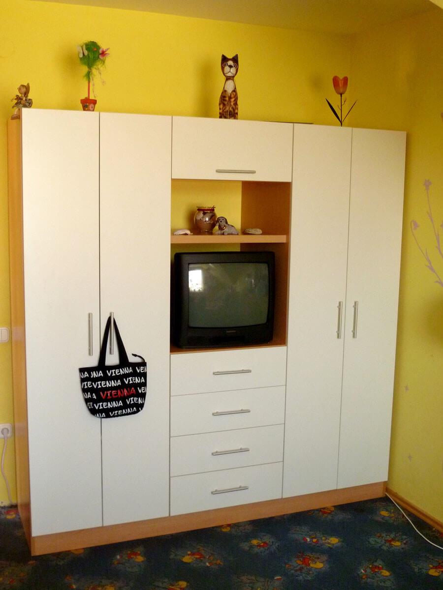 Egyedi tini bútor készítés, középen nyitott tv résszel, alatta fiókokkal
