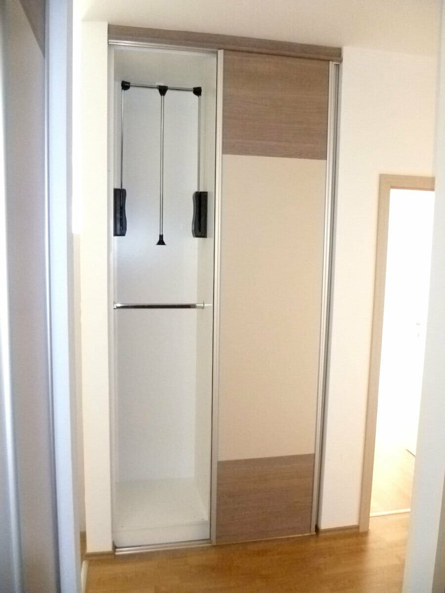 Egyedi tolóajtós beépített gardrób szekrény ruhalifttel