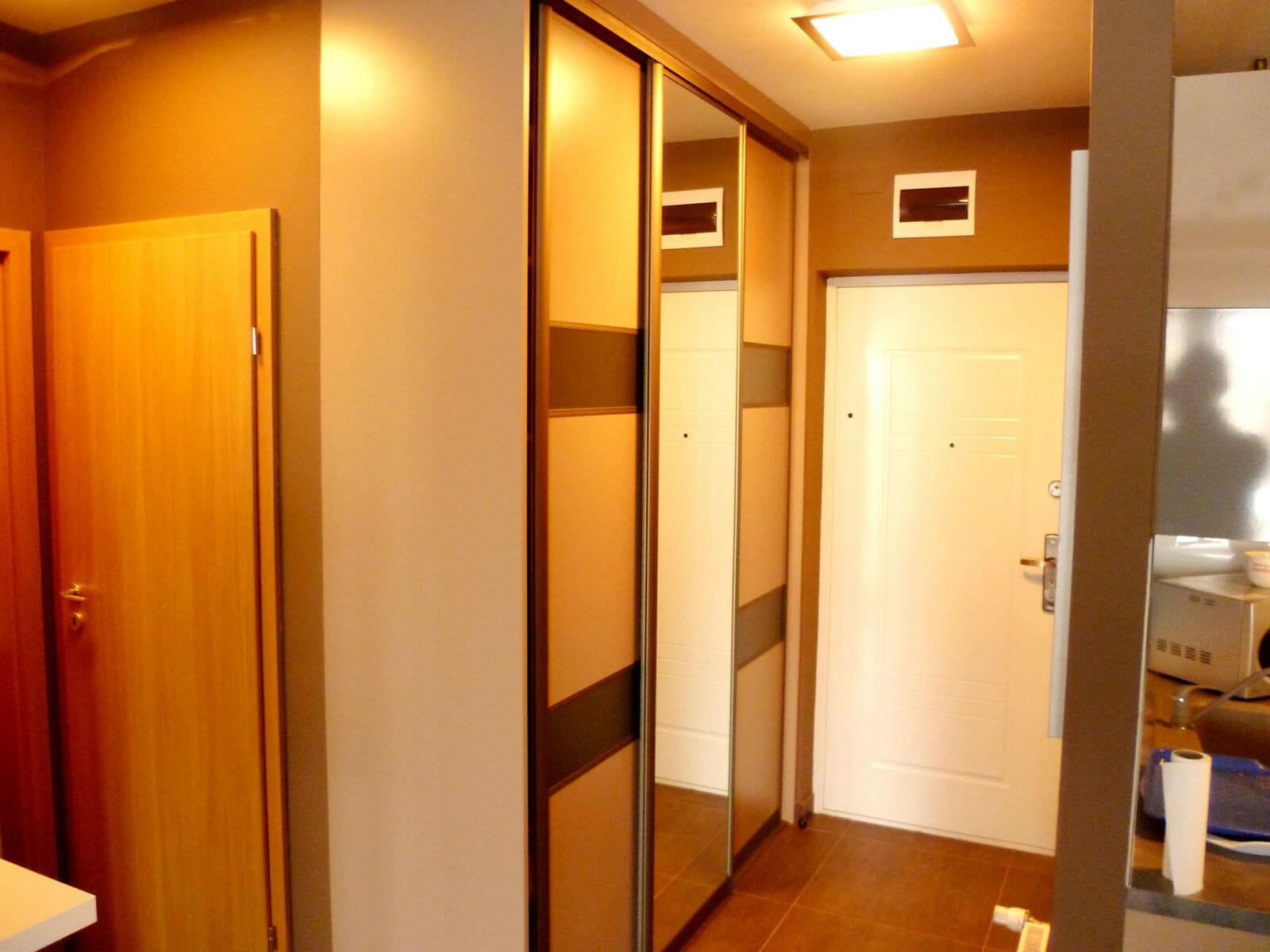 Egyedi tolóajtós előszobai beépített szekrény