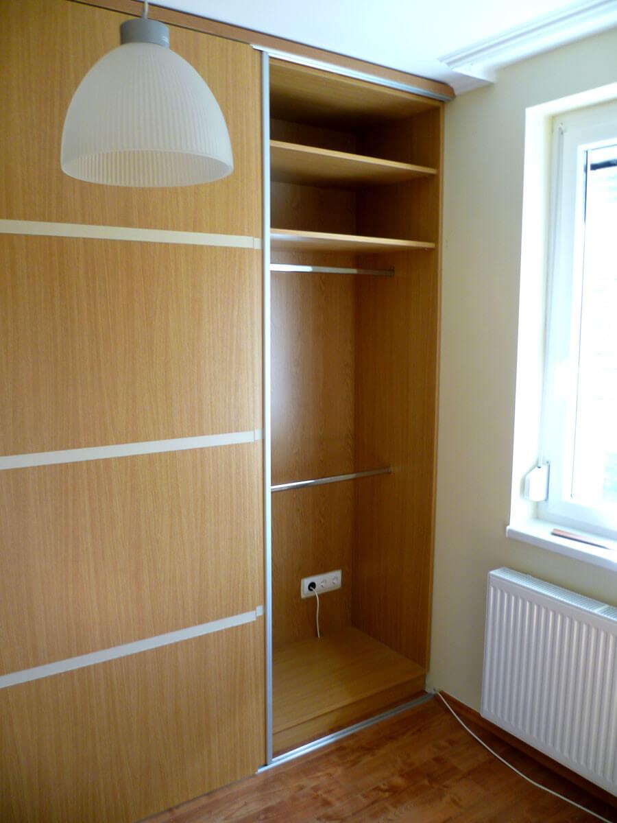 Egyedi tolóajtós hálószoba bútor készítés, üveg díszcsíkkal, akasztós résszel