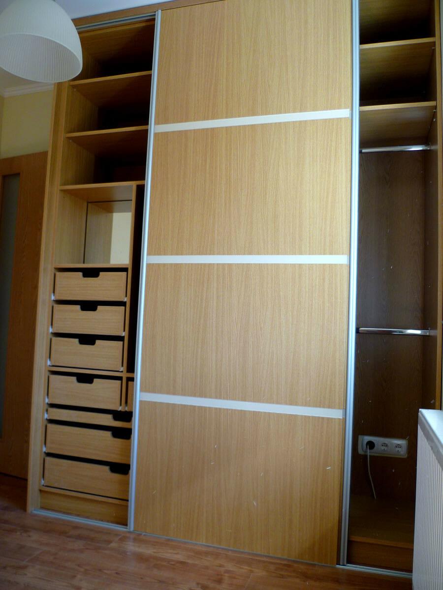 Egyedi tolóajtós hálószoba bútor készítés, üveg díszcsíkkal, belső fiókokkal, akasztós résszel