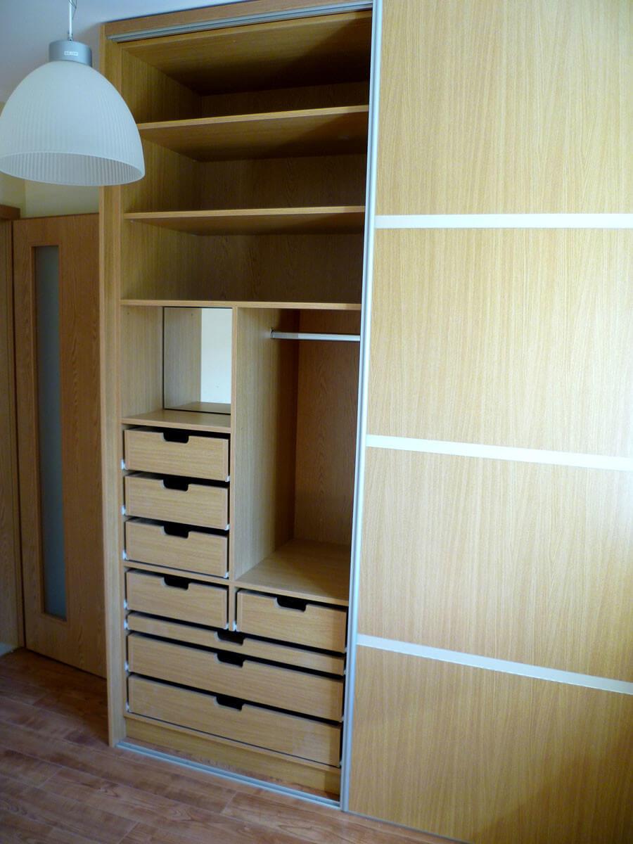 Egyedi tolóajtós hálószoba bútor készítés, üveg díszcsíkkal, belső fiókokkal