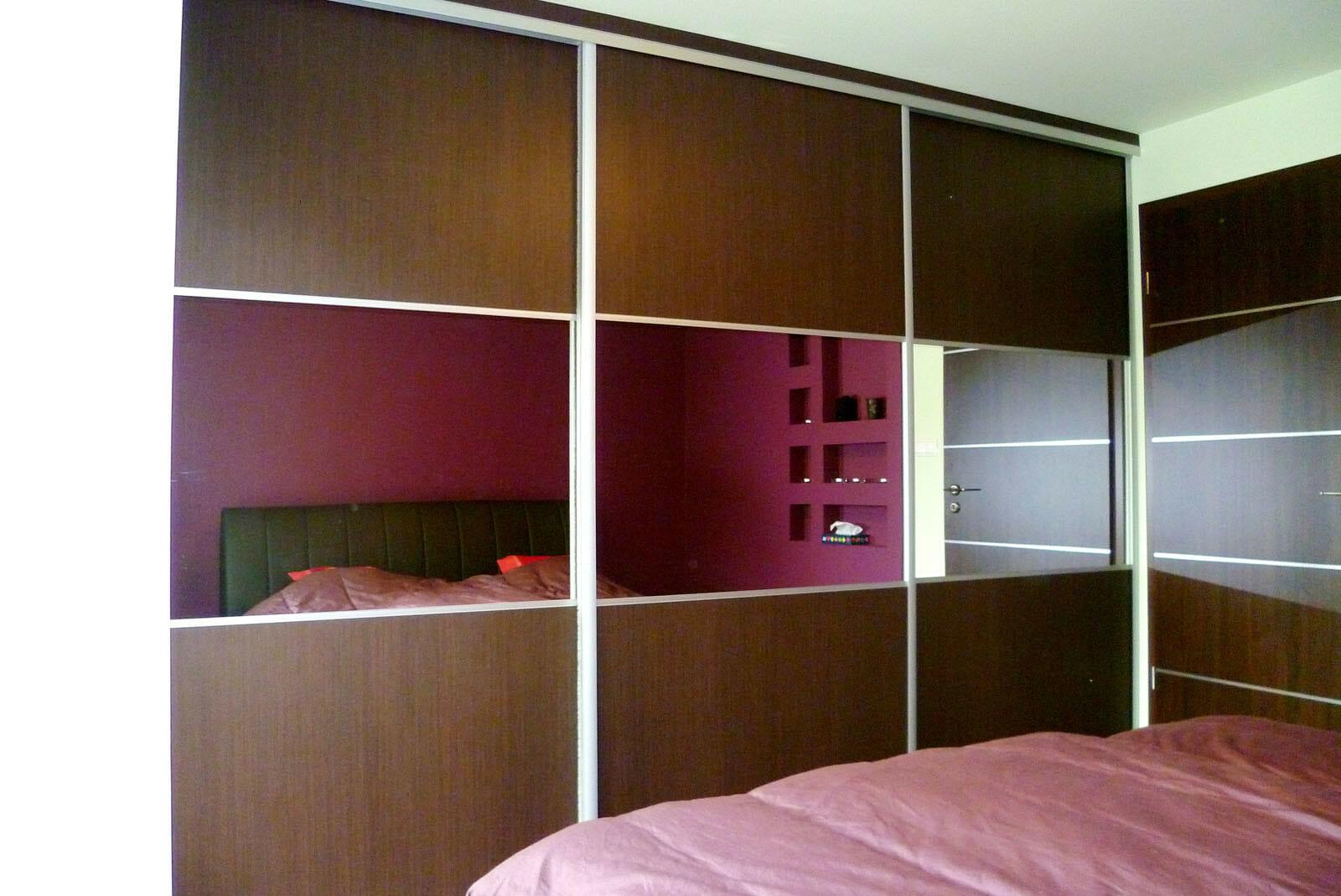 Egyedi beépített szekrény készítés, tükör-betétes tolóajtóval