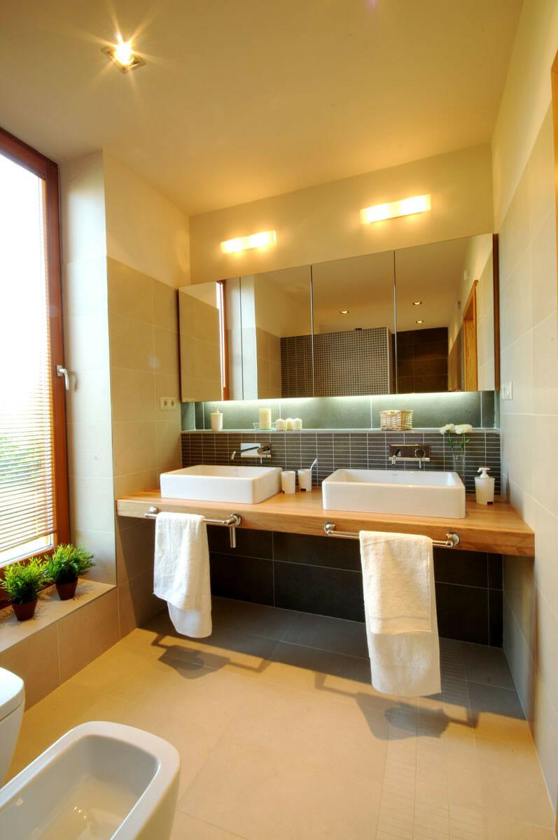 Egyedi tömör tölgyfa mosdópult készítés, rejtett világítással, tükörajtós szekrénnyel