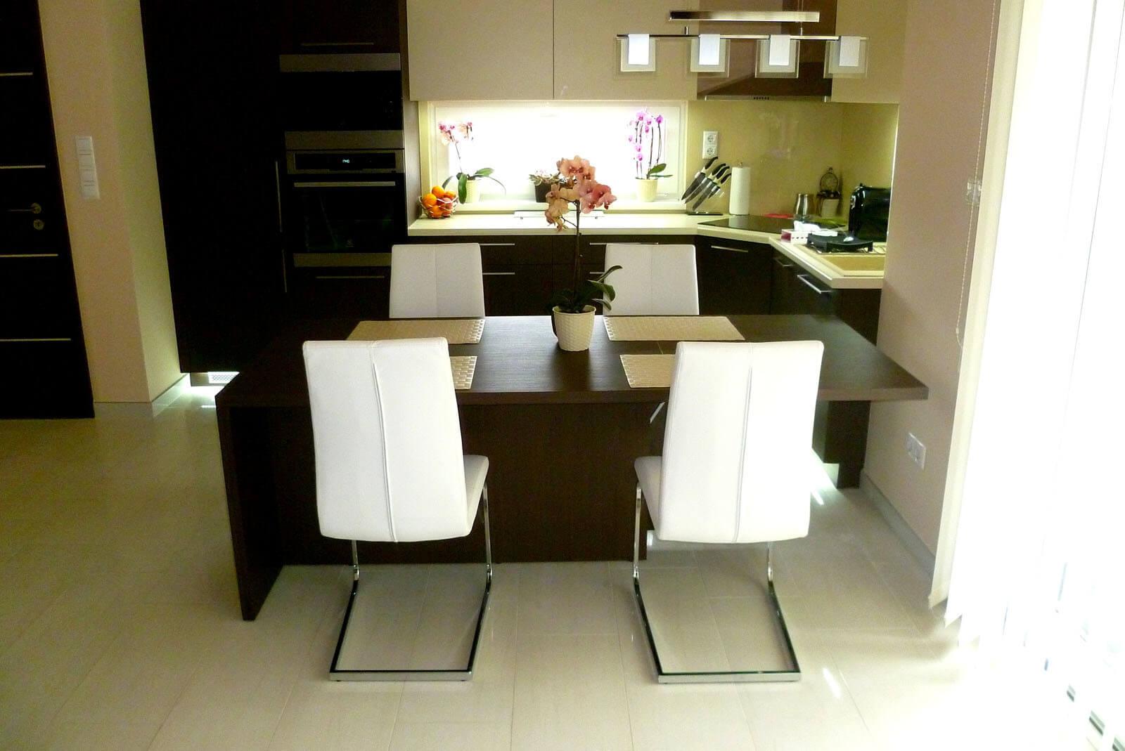 Konyhabútor készítés fineline sötét színben, üveghátlappal, rejtett LED világítással, vendéglapos étkezőasztallal