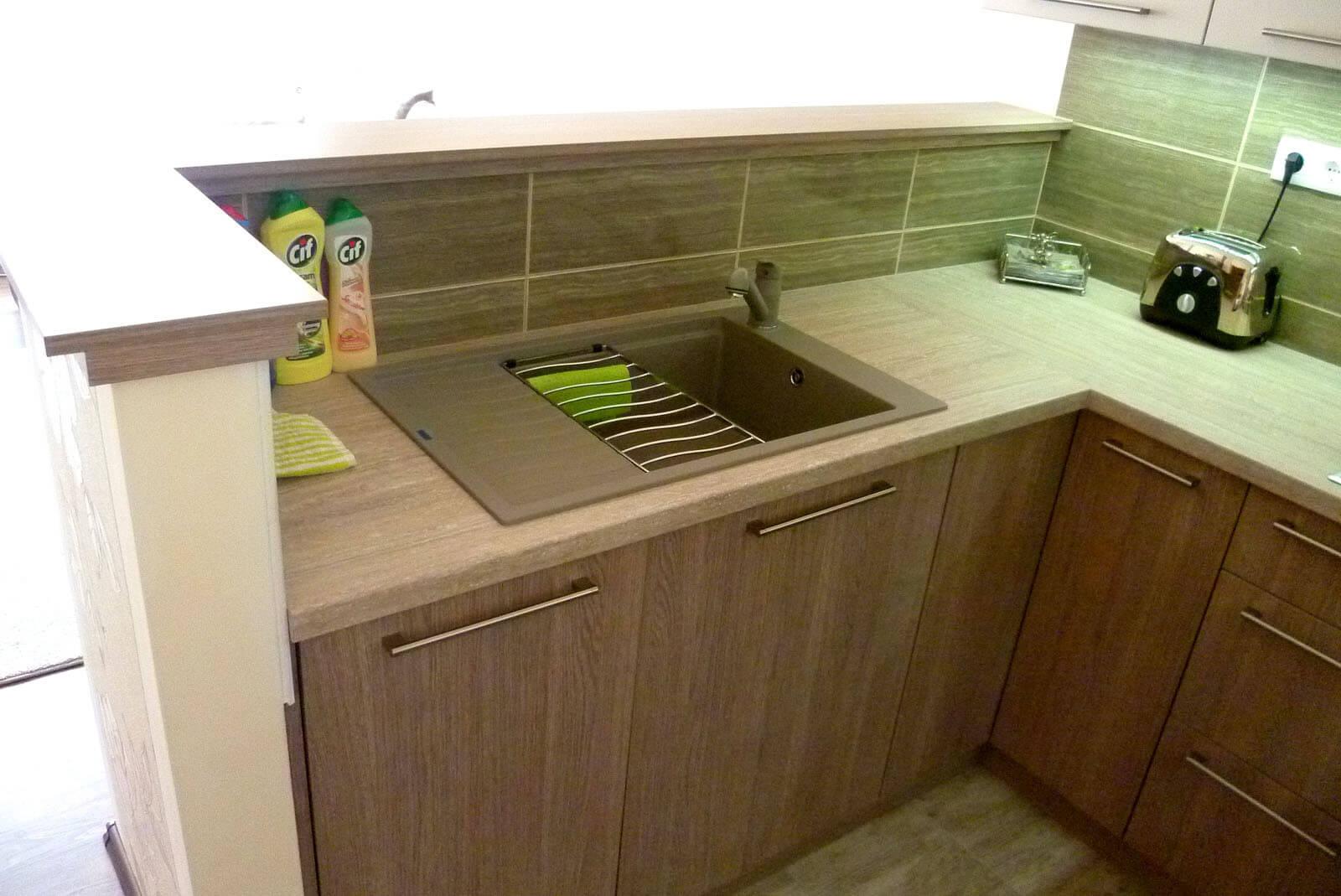 Konyhabútor készítés L-alakban, felnyíló ajtókkal, blanco silgranit mosogatótálcával