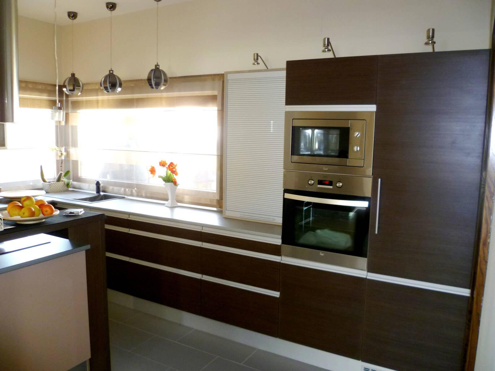 Modern design-konyhabútor woodline mokka színben, redőnyös elemmel, beépített sütő és mikróval