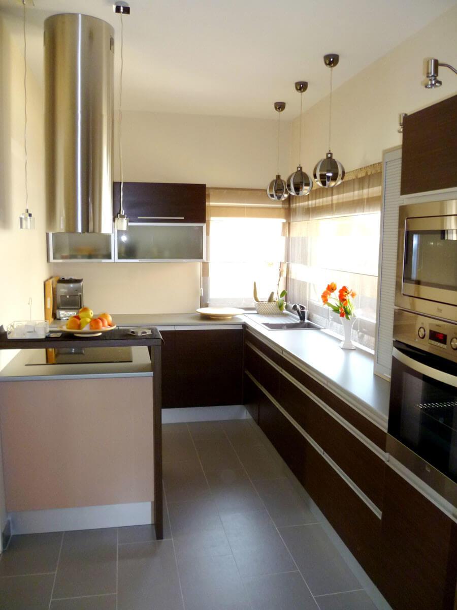 Modern design-konyhabútor woodline mokka színben, redőnyös elemmel, szigetrésszel