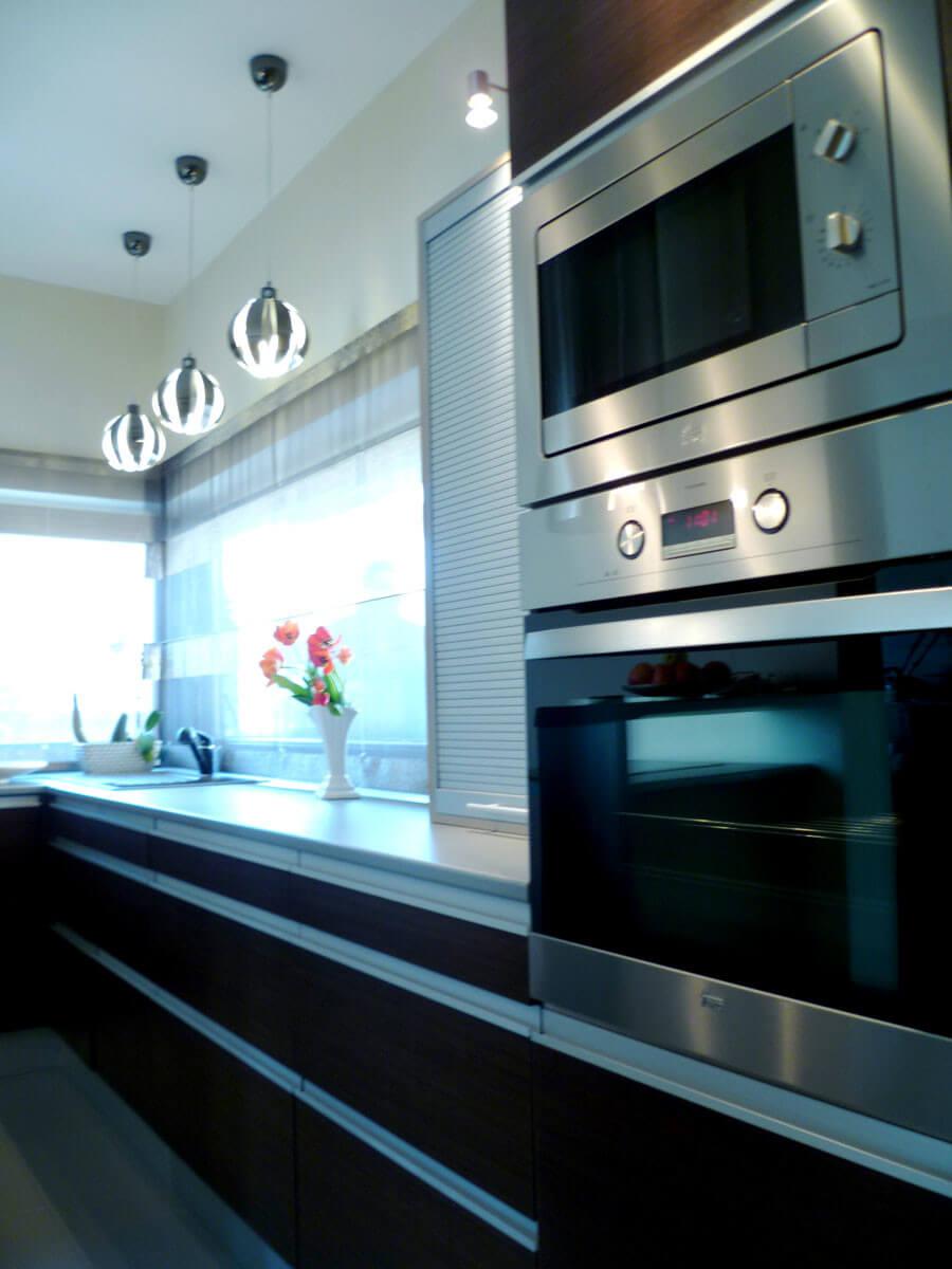 Modern design-konyhabútor woodline mokka színben, redőnyös elemmel