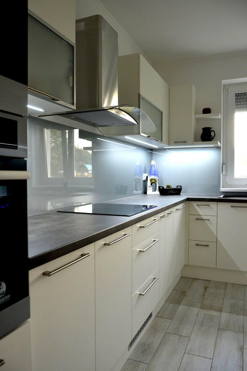 Modern - egyedi konyhabútor fehér - szürke színben, üveghátlappal, rejtett LED világítással, kürtős páraelszívóval