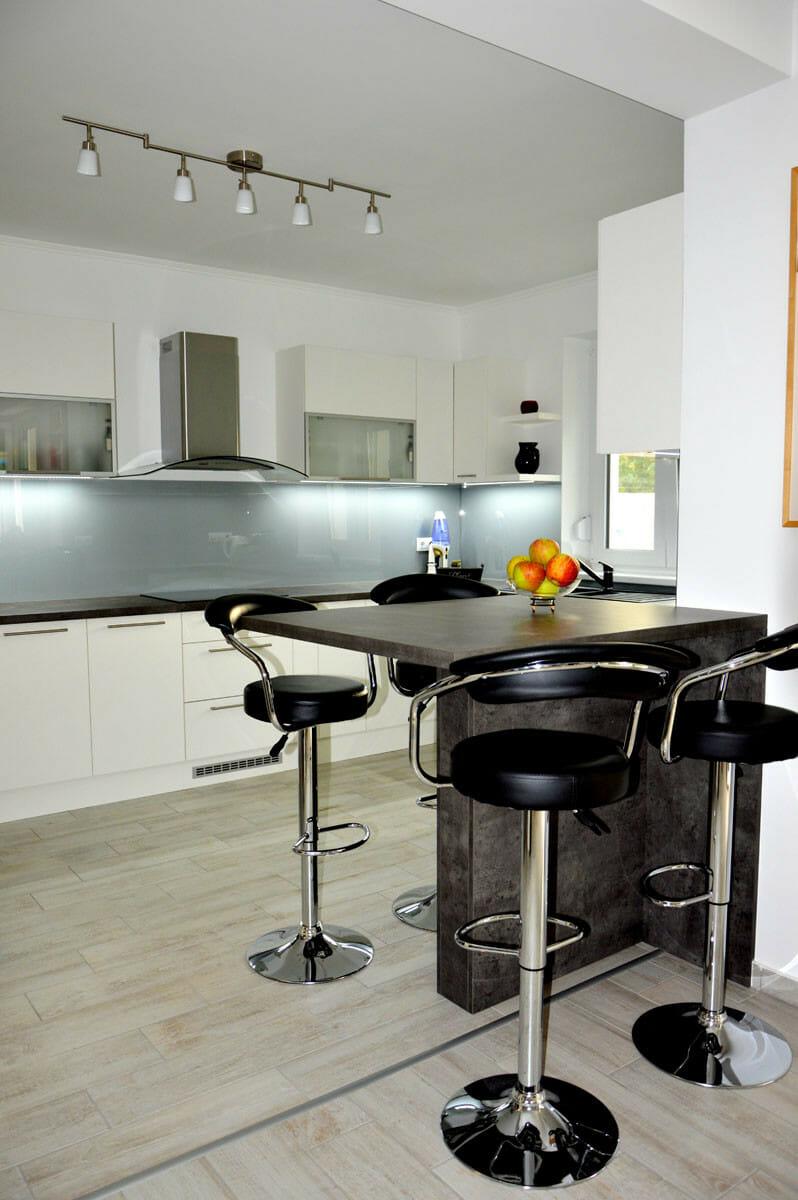 Modern - egyedi konyhabútor fehér - szürke színben, üveghátlappal, rejtett LED világítással, szigetrésszel