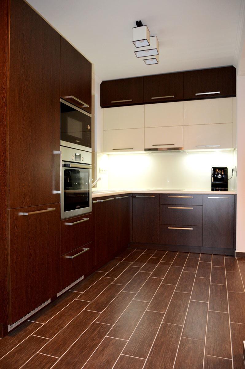Modern egyedi konyhabútor készítés wenge - bézs színben, rejtett LED világítással, üveghátlappal, aventos HF felnyíló vasalattal