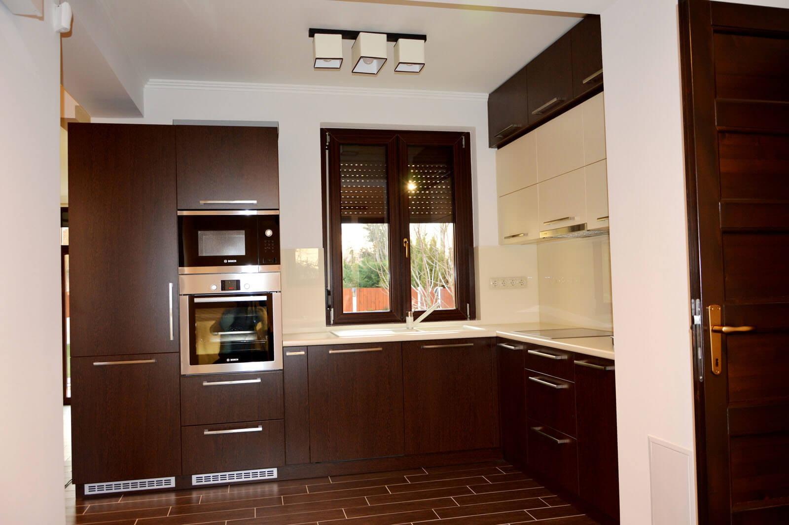 Modern egyedi konyhabútor készítés wenge - bézs színben, rejtett LED világítással, üveghátlappal, beépített konyhai gépekkel