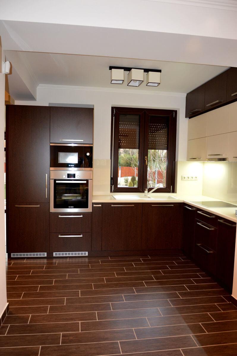 Modern egyedi konyhabútor készítés wenge - bézs színben, rejtett LED világítással, üveghátlappal, beépített mosogatógéppel